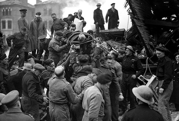Жертвы бомбежки Лондона, 1944 год
