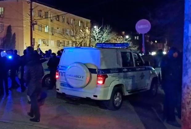 Полицейский автомобиль неподалеку от места преступления