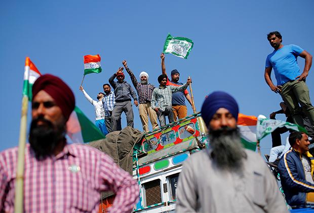 Фермеры блокируют дорогу во время протестов рядом с Нью-Дели