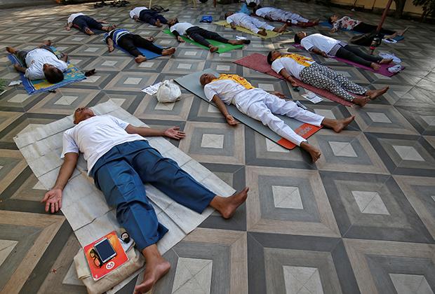 Занятия йогой в международный день йоги в Ахмедабаде