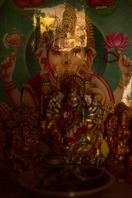 Алтарь с богом мудрости Ганешой. Религия очень помогает жертвам пережить последствия атаки