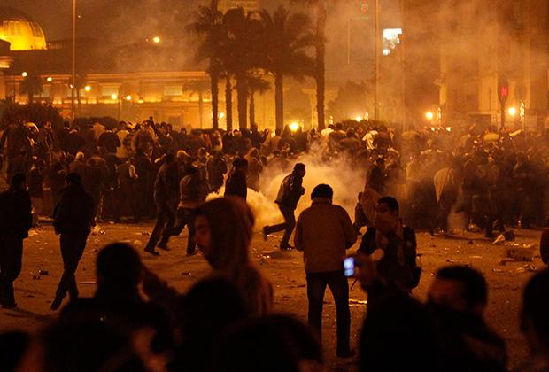 Полицейские применили слезоточивый газ к протестующим в Каире, 26 января 2011 года