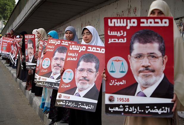 Женщины выстроились в живую цепь с плакатами в поддержку Мухаммеда Мурси накануне выборов, Каир