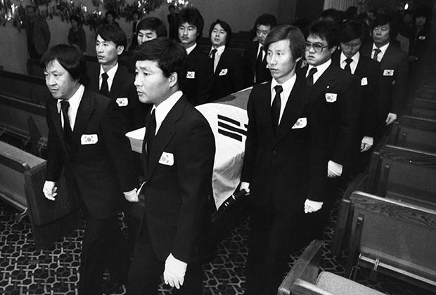 Похороны Ким Дук Ку