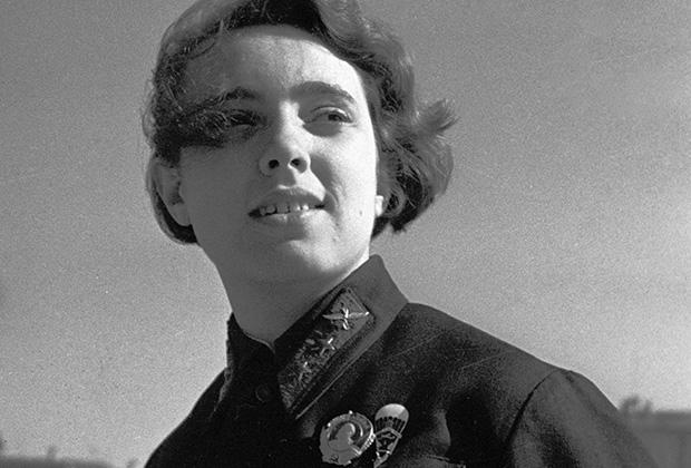 Нина Камнева (1916-1973), одна из первых советских парашютисток, мировая рекордсменка, мастер парашютного спорта СССР. Январь 1936 года