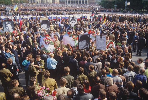 Траурное шествие по Манежной площади и Моховой улице во время похорон Дмитрия Комаря, Ильи Кричевского и Владимира Усова, погибших во время августовского путча. Москва, 24 августа 1991 года