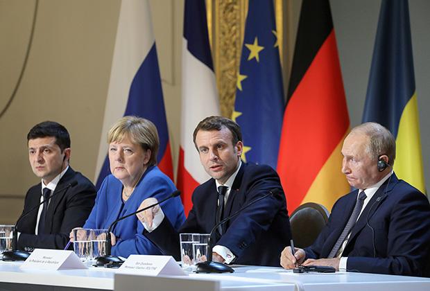 Слева направо: президент Украины Владимир Зеленский, канцлер ФРГ Ангела Меркель, президент Франции Эммануэль Макрон, президент России Владимир Путин