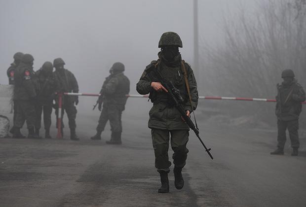 Сотрудники военной комендатуры ДНР на КПП в Горловке, ДНР