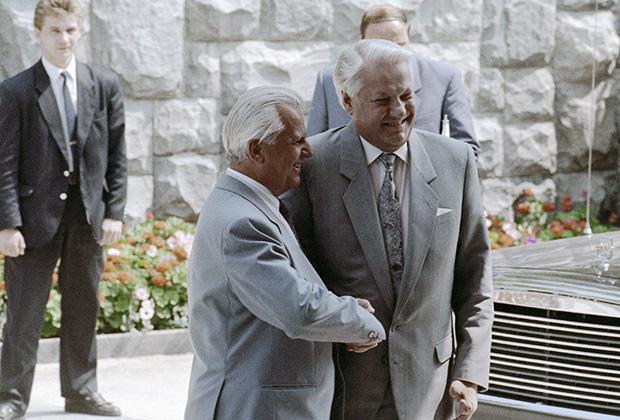 Президент России Борис Ельцин (справа) и президент Украины Леонид Кравчук (слева)