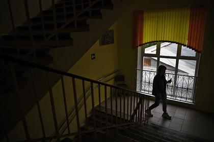 В Петербурге целовавшего восьмиклассницу учителя отправили под домашний арест