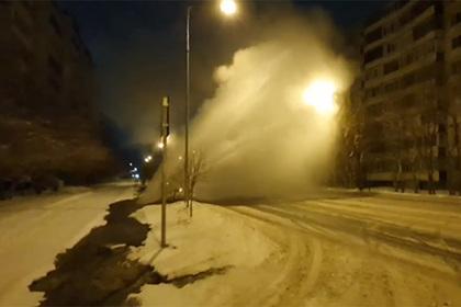 Из-под асфальта в российском городе забил фонтан кипятка высотой в семь этажей