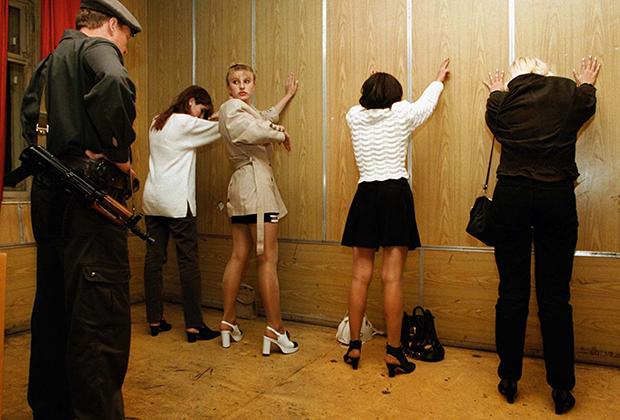 Проститутки после задержания московскими милиционерами, 1997 год