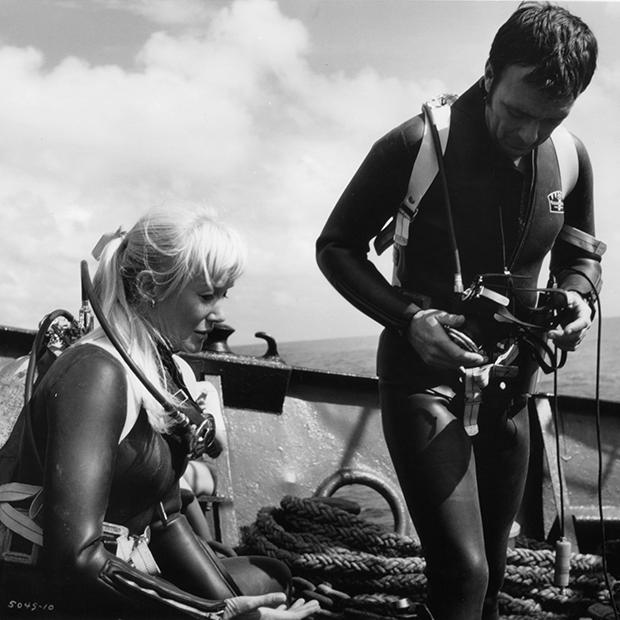 Валери и Рон Тейлоры во время съемок «Синей воды, белой смерти»