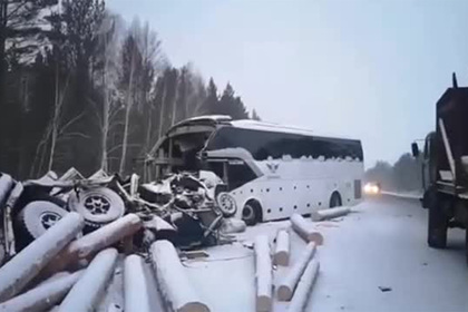 Появилось видео с места автокатастрофы с лесовозом на российской трассе