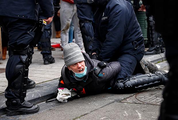 Арест протестующего в Брюсселе 31 января 2021 года