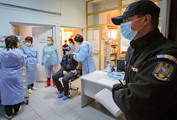 Полицейским в Румынии делают прививку против COVID-19