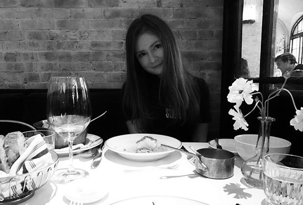 Анна Делви в одном из ресторанов Нью-Йорка