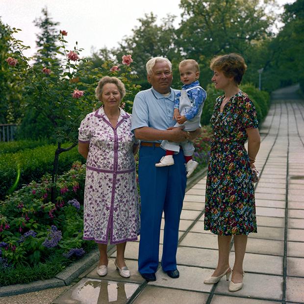 Константин Устинович Черненко с женой Анной Дмитриевной, дочерью Еленой и внуком Женей на даче в Крыму, 1982 год