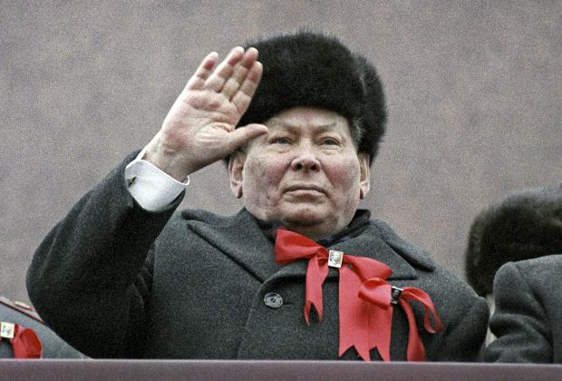 Генеральный секретарь ЦК КПСС Константин Черненко на трибуне Мавзолея Ленина во время празднования 67-й годовщины Великой Октябрьской социалистической революции, 1984 год