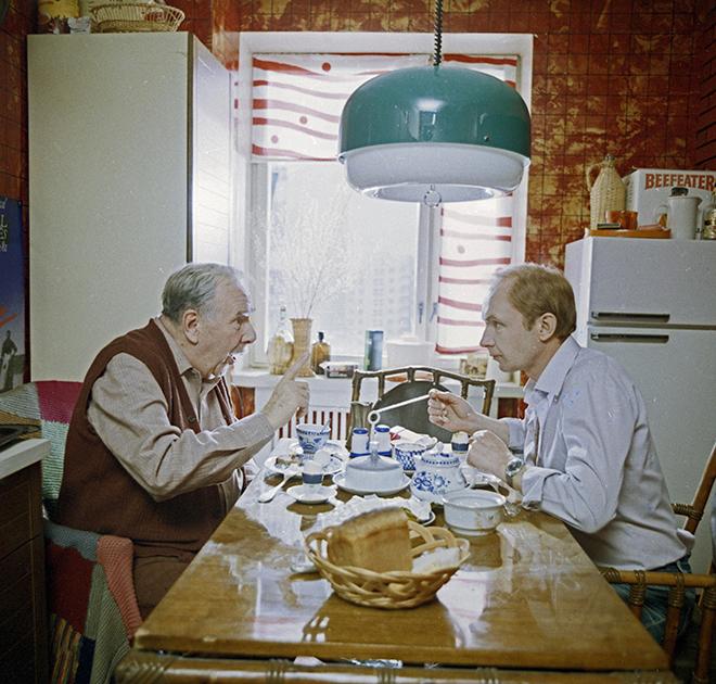 В замечательной картине Марлена Хуциева Мягков сыграл научного работника, труды которого над диссертацией прерывает неожиданный приезд пожилого тестя. Хуциеву удалось снять убедительную драму о диалоге двух поколений — а Мягкову изобразить постепенное преображение своего погрязшего в бытовых заботах и зацикленного на себе персонажа.