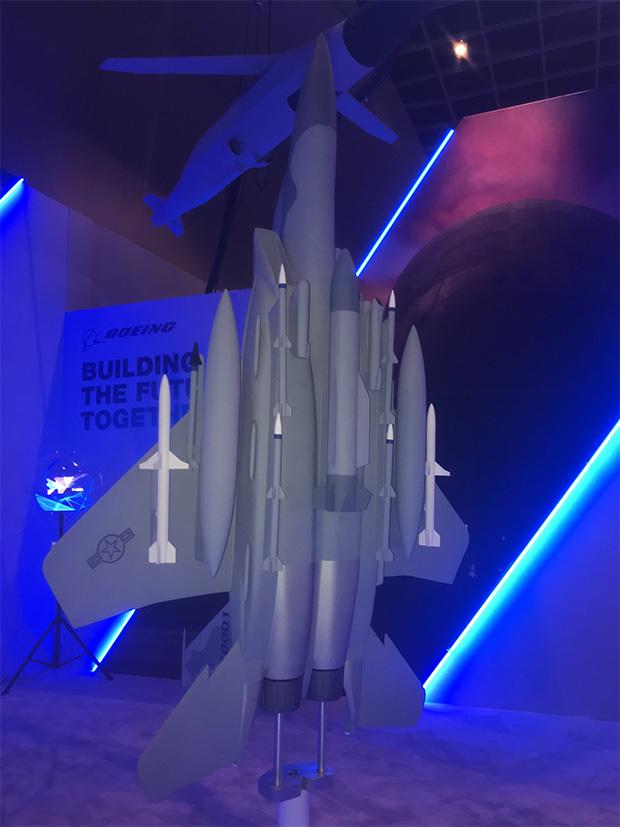 Макет F-15EX Advanced Eagle с вероятным гиперзвуковым оружием