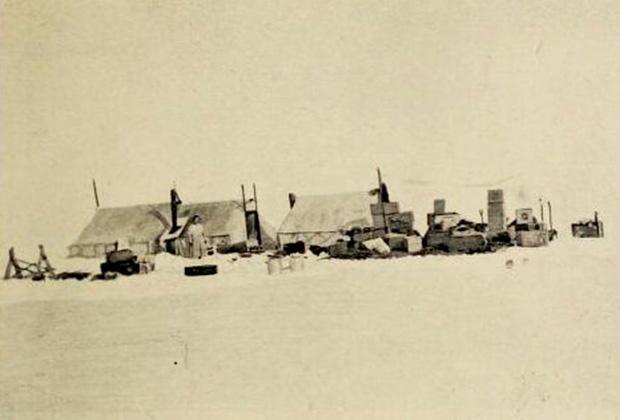 Лагерь экспедиции на острове Врангеля поздней осенью