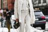 Для посещения шоу марки Rebecca Minkoff американская блогерша Карина Бик (Karina Bik) выбрала монохромный наряд, сплошь состоящий из последних трендов. На ней — расклешенные брюки, небольшая сумка Fendi, утепленный платок «российской бабушки» и вернувшиеся в моду из десятыхтуфлинаплатформе.