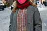 """От февральских холодов некоторых жителей Нью-Йорка спасает русский головной убор. Недаром шапка-ушанка не перестает мелькать на подиумах модных шоу: она <a href=""""https://lenta.ru/news/2020/11/30/ushanka/"""" target=""""_blank"""">стала</a> одним из любимых аксессуаров Instagram-моделей и стритстайл-блогеров. Этот гость Недели моды в Нью-Йорке надежно защитил себя не только от минусовой температуры, но и от коронавируса. Он надел на лицо сразу две маски, как диктуют сегодняшние нормы некоторых западных стран."""