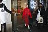 Канадский модельер Джейсон Ву (Jason Wu) представил на показе своего одноименного бренда сразу два стильных приема. Модель прошлась в монохромном образе красного цвета: объемном свитере с разрезами и макси-юбке с принтом в виде бутылок напитка Coca-Cola. Дизайнер также применил для создания наряда манекенщицы тренд color block, соединив в одном наряде ботинки и лонгслив белого цвета.