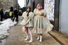 Фэшн-редактор издания LeHoarder Мишель Блашка (Michelle Blashka) появилась на улицах города вместе с дочерью Эллой Софи (Ella Sophie) в одинаковых нарядах. Несмотря на февральскую погоду, родственницы позировали для фотографов в пышных шифоновых платьях с декольте, демонстрируя, что такой образ в современном Нью-Йорке могут позволить себе женщины с фигурами абсолютно любого типа.