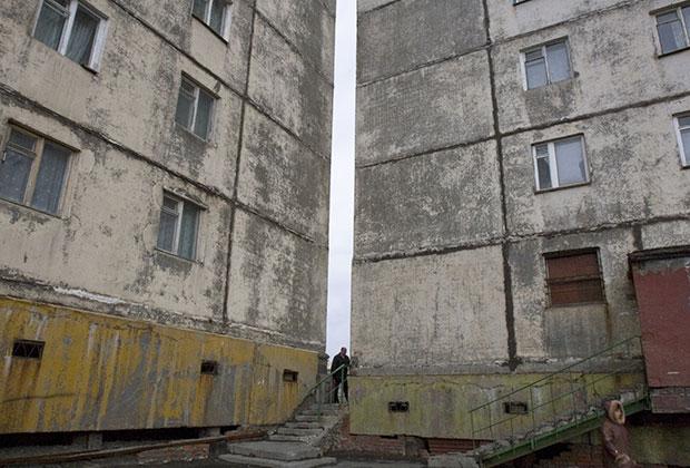 Жители Норильска возвращаются домой после работы. 2007 год