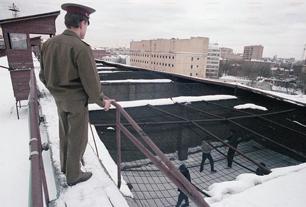 Контролер наблюдает за вечерней прогулкой арестантов. 13 марта 1992 года