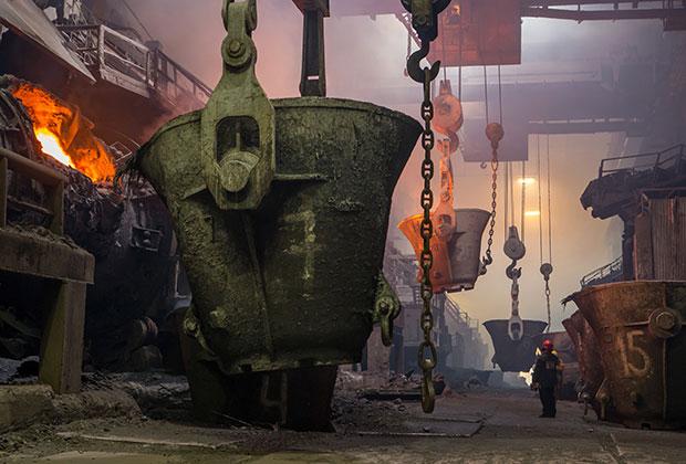 Плавильный цех медного завода горно-металлургической компании «Норильский никель»