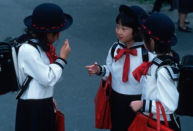 Девочки в школьной форме на улице Токио