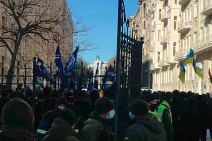 Националисты пришли к офису Зеленского с требованием закрыть несколько СМИ