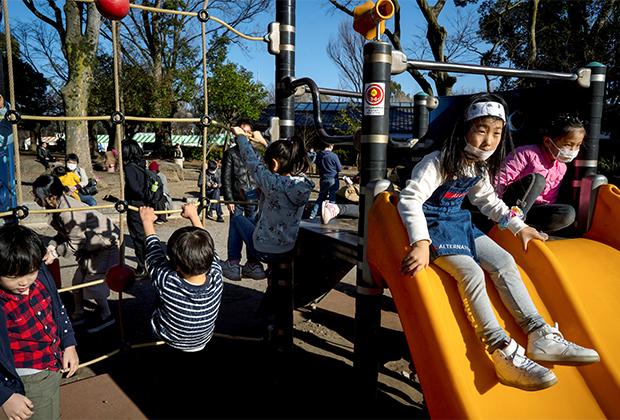 На детской площадке в Токио