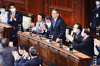 Премьер-министр Есихидэ Суга (в центре) в зале пленарных заседаний в Парламенте Японии