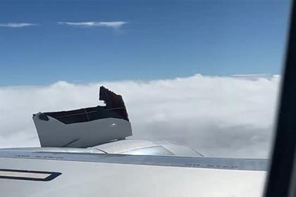 Пассажир снял на видео взорвавшийся во время полета двигатель самолета