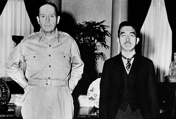 Генерал Дуглас Макартур и император Японии Хирохито