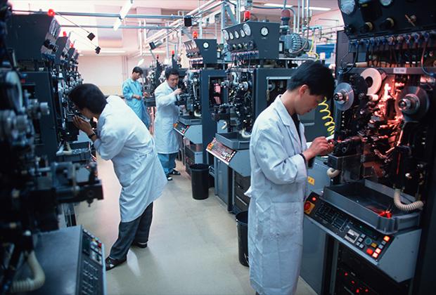 Рабочие на фабрике в корейском Сувоне