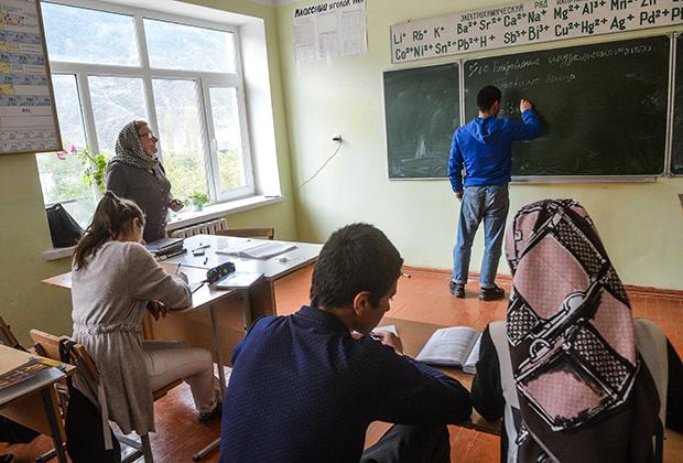 На уроке в школе дагестанского села Хрюг