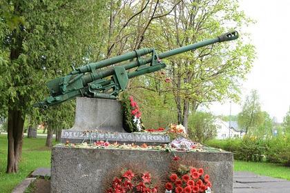 Латвийский депутат поддержал действия разрушивших советский мемориал вандалов