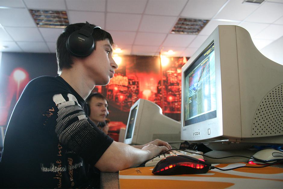 Геймер в компьютерном клубе
