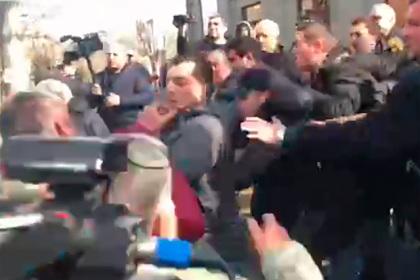 Оппозиционеры подрались со сторонниками Пашиняна в Ереване