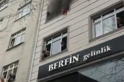 Мать выбросила детей из окна многоэтажного дома и спасла им жизнь