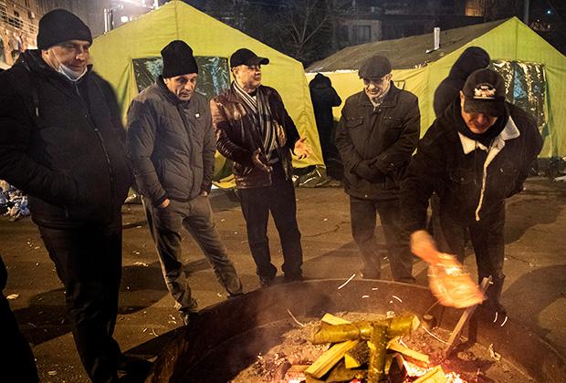 Лагерь протестующих у здания парламента Армении