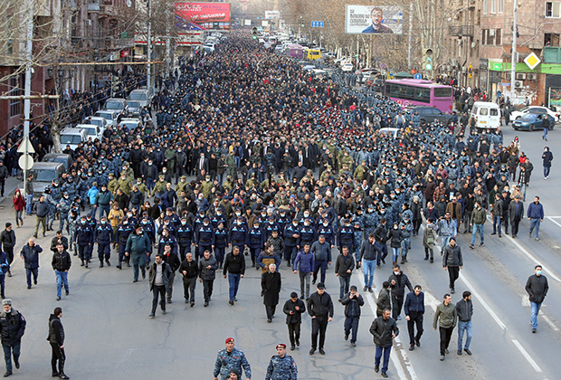 Сторонники Пашиняна на митинге 25 февраля