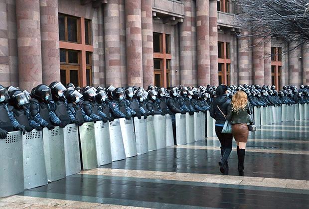 Оцепление у здания правительства Армении
