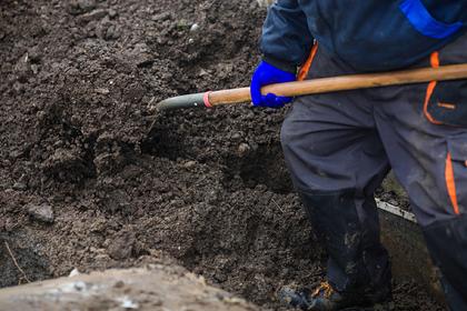 Мужчина оказался похоронен заживо в выкопанной им могиле и умер