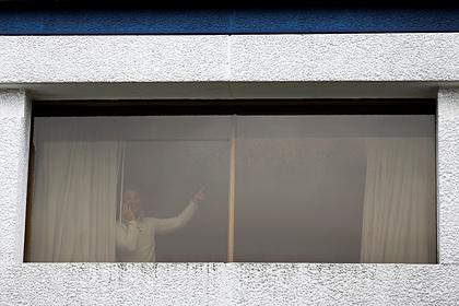 Запертый в отеле на карантин мужчина подавал сигналы прохожим записками в окне